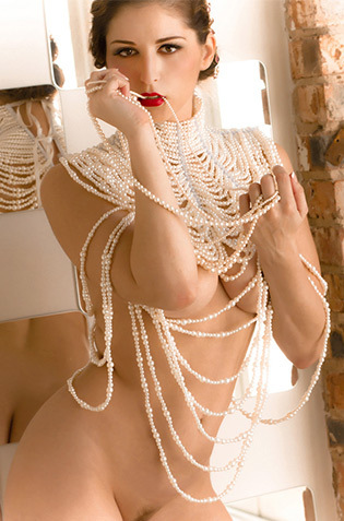 Carlotta Champagne Glamour
