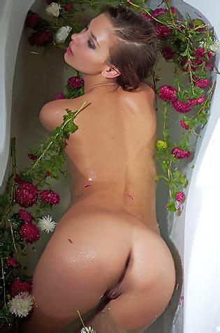 Afrodita Taking Flowery Bath