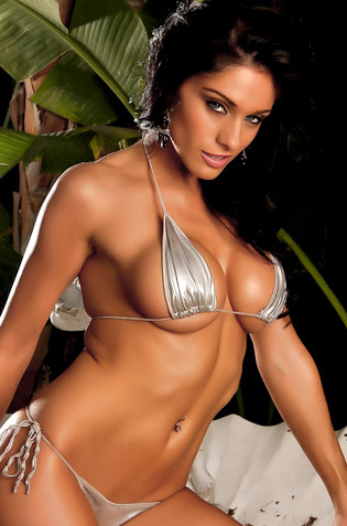Hot Stunner Amanda Presents Her Superb Tanned Body
